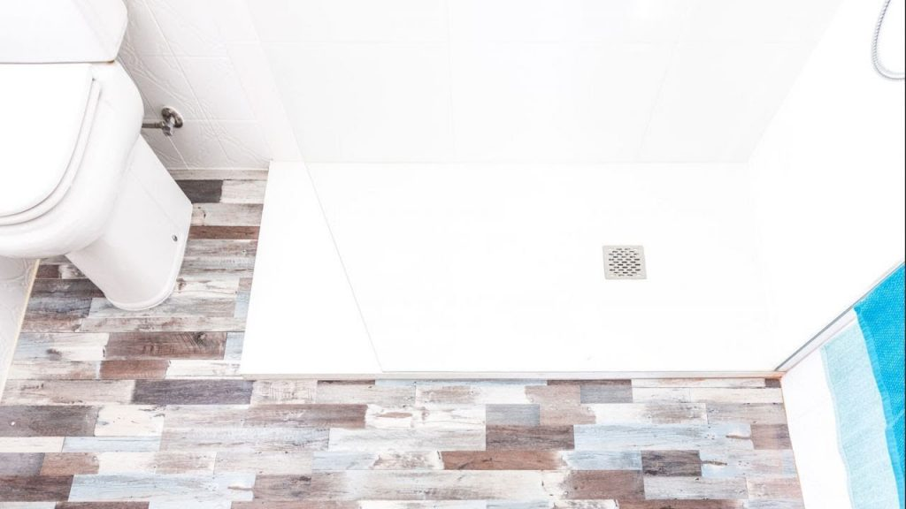 Reformas y servicios para el hogar Renovar el piso del baño con lamas de PVC